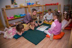 Различие методов изучения английского языка на курсах, в детские садах Монтессори, летних лагерях для детей дошкольного и школьного возраста